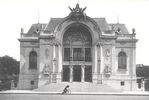 Nhà hát Lớn TP HCM (quận 1) là một công trình kiến trúc đặc biệt, mang đậm phong cách Gothique thịnh hành tại Pháp cuối thế kỷ 19.Công trình do nhóm kiến trúc sư người Pháp là Félix Olivier, Eugène Ferret và Ernest Guichard thiết kế và xây dựng từ năm 1898. Nét đặc trưng của công trình này là sự phối hợp khéo léo giữa kiến trúc và điêu khắc. Đặc biệt, toàn bộ các mẫu trang trí, phù điêu mặt tiền và nội thất của nhà hát đều do một họa sĩ tên tuổi người Pháp vẽ giống như mẫu của các nhà hát ở Pháp cuối thế kỷ 19.