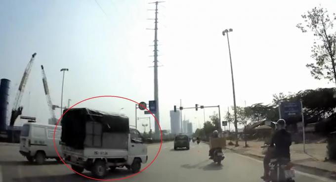 Xe tải gây tai nạn rồi bỏ chạy.