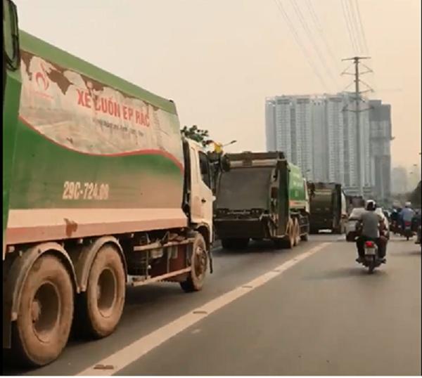 Xe chở rác ngang nhiên chạy trong phần đường dành cho xe buýt nhanh.