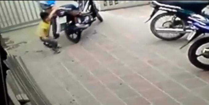 Bé trai phát hiện tên trộm liền chạy ra túm lấy đuôi xe kéo lại.