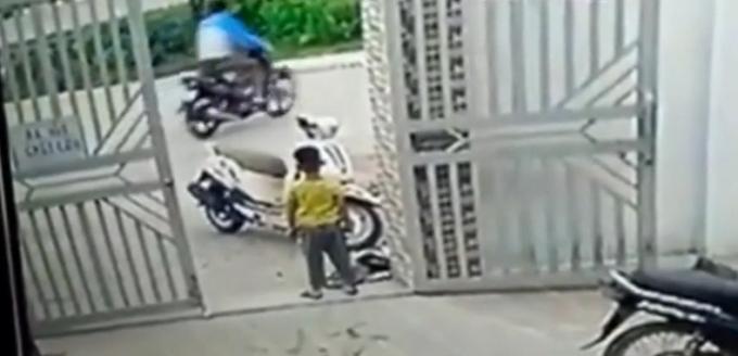 Bé trai chỉ đành đứng nhìn tên trộm lấy mất chiếc xe rồi tẩu thoát.