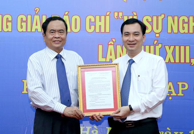 Phó Chủ tịch - Tổng Thư ký UBTƯ MTTQ Việt Nam Trần Thanh Mẫn trao Quyết định hoạt động Tạp chí điện tử Mặt trận cho Tổng Biên tập Vũ Văn Tiến.