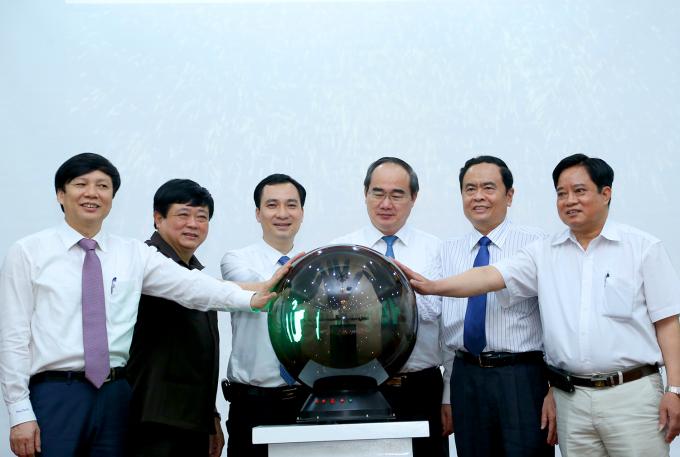 Chủ tịch Nguyễn Thiện Nhân cùng các đại biểu thực hiện nghi thức khai trương Tạp chí điện tử Mặt trận.