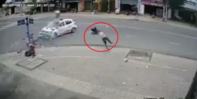 Người đàn ông văng xa hàng chục mét sau vụ tai nạn.