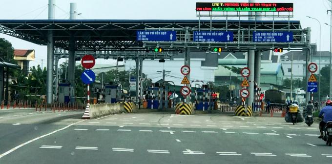 Dân địa phương nói: Hàng trăm năm nay mới thấy phương tiện ra vào Long Xuyên phải nộp phí. Ảnh: H.L