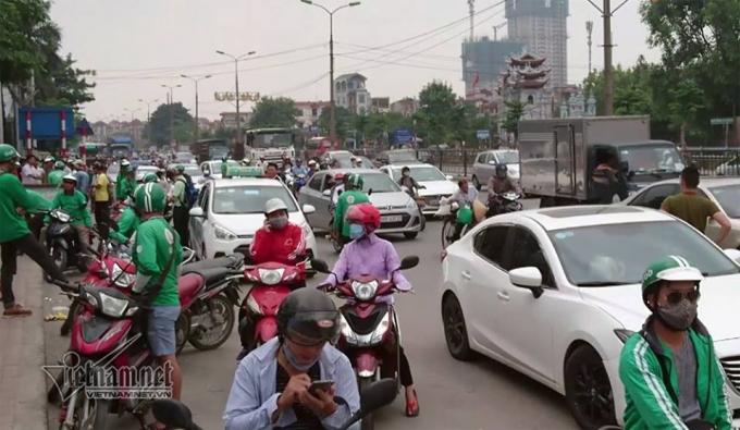 Cảnh lộn xộn trước cổng bến xe Nước Ngầm.