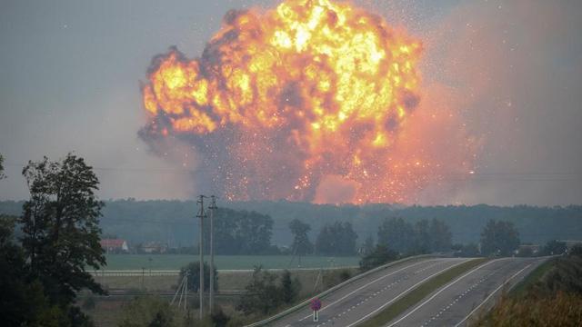 Kho vũ khí của quân đội Ukraine phát nổ. (Ảnh: Reuters)
