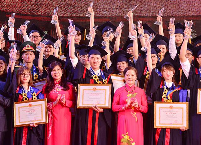Tuyên dương Thủ khoa xuất sắc Hà Nội năm 2016.
