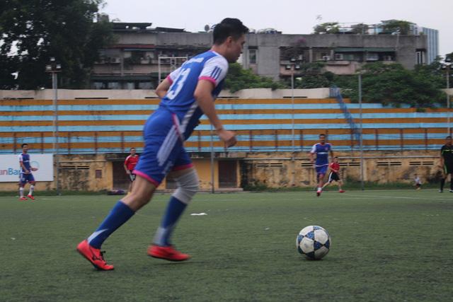 """Cũng giữ một vị trí quan trọng không kém gì """"bố Phan Quân"""" - """"Phan Hải"""" con trai """"ông trùm"""" là Giám đốc điều hành của CLB V-Stars, đồng thời cũng là cầu thủ trực tiếp ra sân. Đá ở vị trí hậu vệ cánh phải nhưng sở trường lại là ở vị trí trung vệ, diễn viên Việt Anh vẫn hăng hái và có những đường chuyền bóng rất dài."""