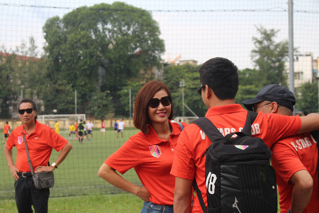 """""""Con gái ông trùm Phan Hương"""" cũng có mặt để cổ vũ cho các đồng nghiệp cũng chính là những cầu thủ đặc biệt."""