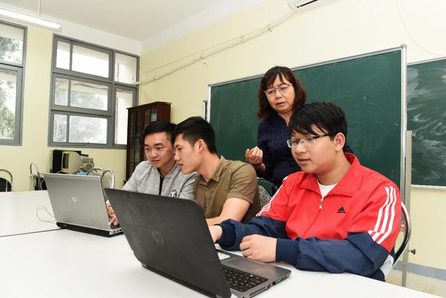 GS Phan Xuân Minh đang hướng dẫn sinh viên.