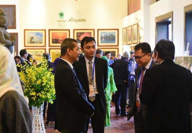 Các quan chức trao đổi bên lề Hội nghị.