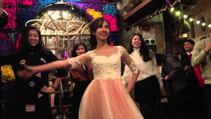 Cô dâu xinh xắn cùng dàn phù dâu.