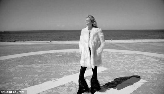 Diện trên mình chiếc áo khoác lông, Kate Moss tự tin khoe vòng một ở tuổi 43.