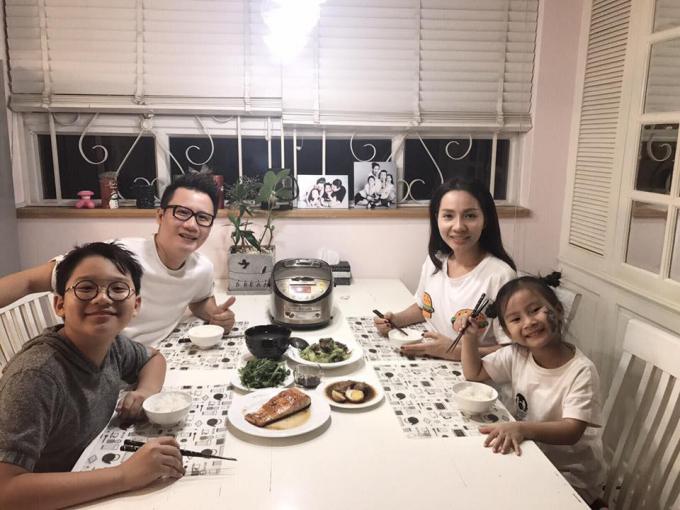 Hoàng Bách bên vợ và các con.