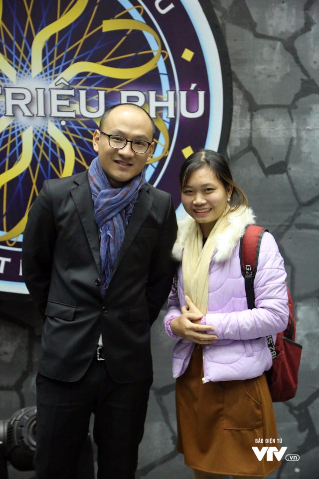 Phan Đăng chụp ảnh với khán giả sau buổi ghi hình đầu tiên. Ảnh: VTV.