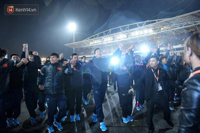 Đoàn Văn Hậu nắm tay các đàn anh và bước đi trong tiếng reo hò của hàng chục ngàn khán giả