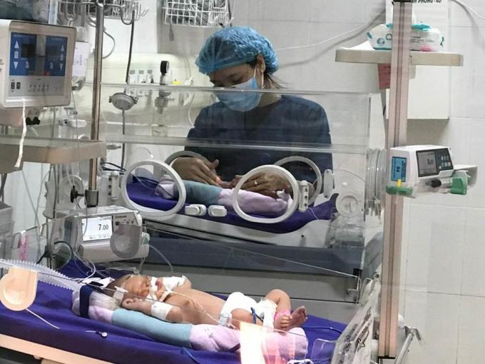 Chăm sóc trẻ sơ sinh tại Bệnh viện Sản Nhi Quảng Ninh. (Ảnh: BVSản Nhi Quảng Ninh)