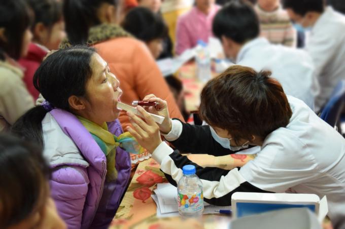 Chăm sóc sức khỏe cho hàng trăm người dân vùng khó ở xã Đông Lỗ, Ứng Hòa, Hà Nội (Ảnh: Chi Lê)