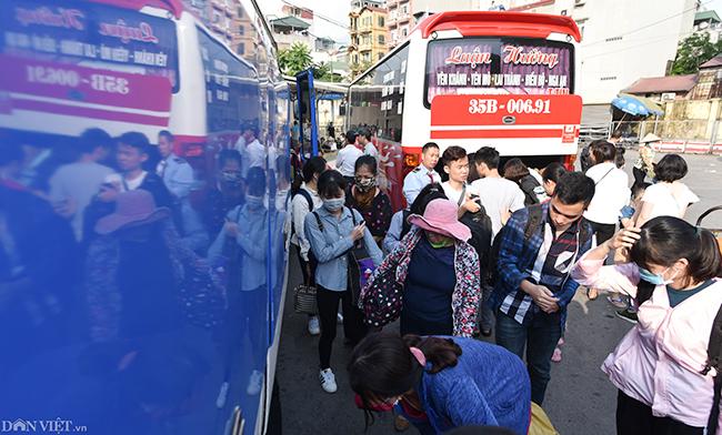 Một số xe chạy tuyến Thanh Hóa, Nam Định... hành khách mất cả tiếng đồng hồ mới có thể lấy đồ.