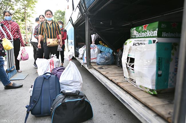 Đồ đạc lỉnh kỉnh của nhiều chuyến xe chạy từ huyện Thủy Nguyên - Hải Phòng ra Hà Nội.