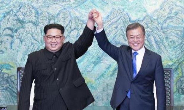 Tổng thống Hàn Quốc Moon Jae-in (phải) và Nhà lãnh đạo Triều Tiên Kim Jong-un (trái) nhất trí hướng tới một giải pháp hòa bình bền vững tại Hội nghị thượng đỉnh liên Triều ở làng đình chiến Panmunjom ngày 27/4. YONHAP/ TTXVN