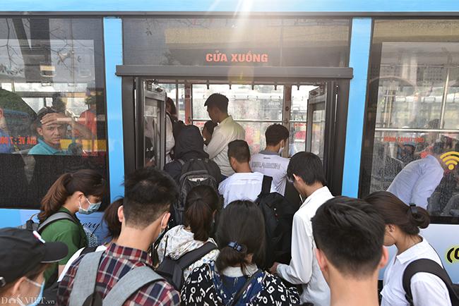 Sau khi xuống xe khách, nhiều người chạy ra xe buýt để nhanh chóng về nhà. Các tuyến xe 32, 16... rất đông khách, do những chuyến này chạy xuyên tâm với quãng đường di chuyển dài.