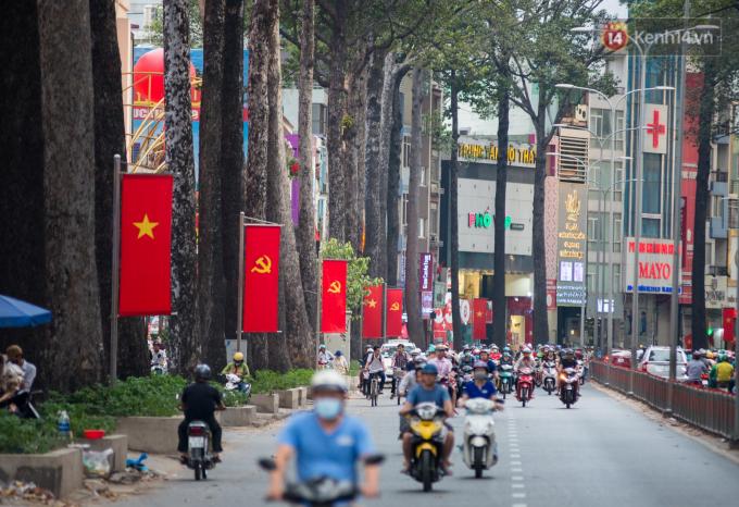 Hay như con phố 3 Tháng 2, phần lớn các cửa hàng tại đây dù vẫn mở cửa nhưng lượng khách vào giảm thấy rõ.