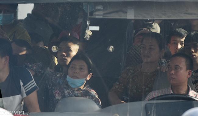 Ở một số xe khách tuyến Thái Bình, tình trạng nhồi nhét vẫn diễn ra, giá vé cũng tăng so với những ngày bình thường từ 20.000 - 30.000 đồng/vé/người.