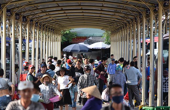 Bên trong bến xe Giáp Bát, tại nơi đón trả khách, hàng nghìn người rồng rắn di chuyển, có nhiều người mất 30 phút đến cả tiếng đồng hồ mới thoát khỏi biển người.