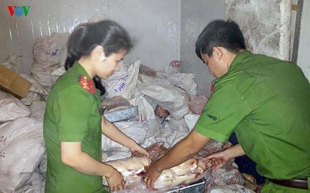 Lực lượng chức năng tạm giữ toàn bộ số thực phẩm không rõ nguồn gốc. Ảnh VOV