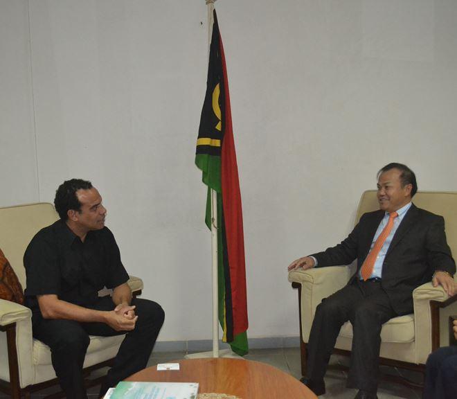 Thứ trưởng Vũ Hồng Nam gặp Bộ trưởng Ngoại giao Vanuatu.