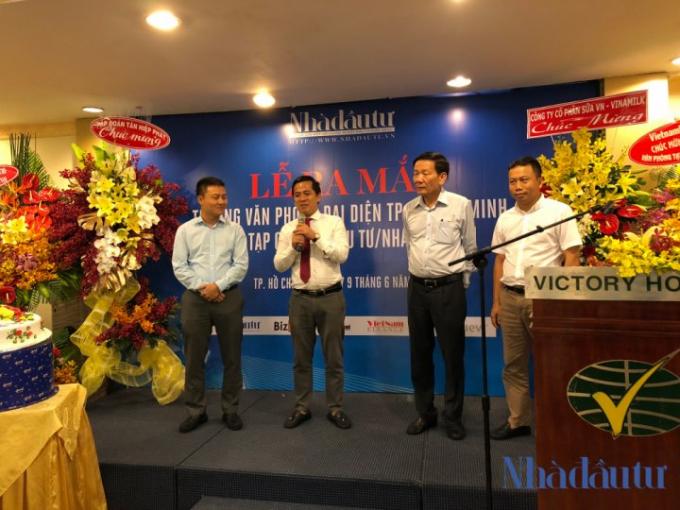 Nhà báo Nguyễn Phong Cầm (thứ hai từ trái sang) chính thức đảm nhận chức vụ Trưởng đại diện Văn phòng phía Nam của Tạp chí Nhà Đầu Tư/Nhadautu.vn