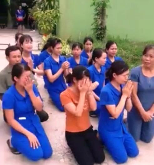 Nhiều cô giáo mầm non quỳ gối xin cơ quan chức năng cho tiếp tục hoạt động. (Ảnh: cắt từ clip).