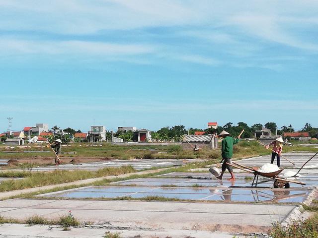 Cái nắng khô cát, rát chân, rát mặt ở vùng biển xã Hải Lý những ngày khiến những người dân làm muối mừng ra mặt nhưng cũng khiến họ kiệt sức.