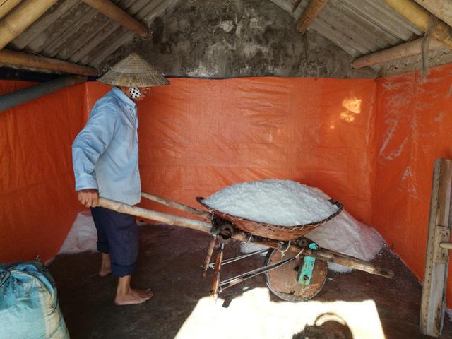 Muối ướt sau khi được đưa vào kho cho ráo nước sẽ được bán với giá 2 nghìn đồng/kg.