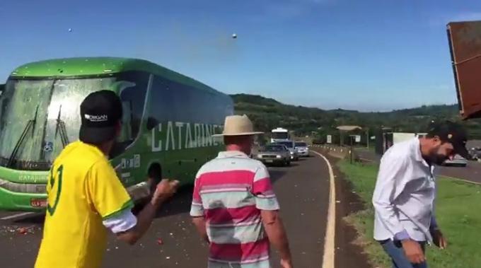 Trở về sau thất bại ở World Cup, xe bus của ĐT Brazil đã phải hứng chịu những màn ném gạch đá, trứng thối của CĐV.
