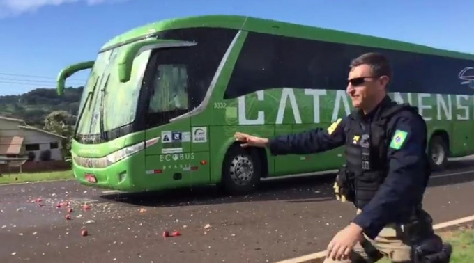 Cụ thể, xe bus chở ĐT Brazil trở về từ sân bay Galeao thì bị các CĐV chặn đường ném gạch đá, trứng thối. Các nhân viên an ninh đã phải xuống dọn đường thì xe bus chở ĐT Brazil mới có thể đi tiếp.