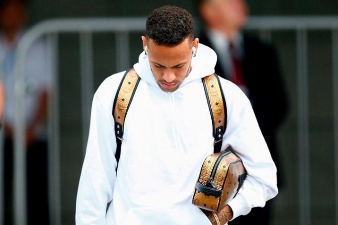 Neymar cúi đầu trở về sau thất bại. Tại kỳ World Cup năm nay, anh đã không thể hiện được nhiều.