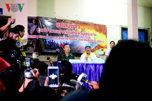 Quang cảnh họp báo ngày đầu tiên của chiến dịch cứu hộ.