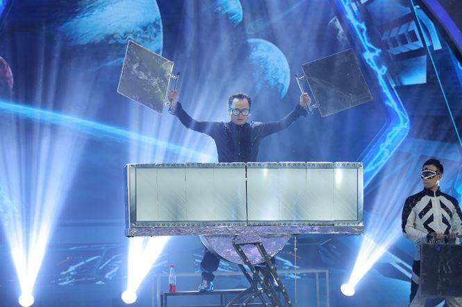 Lư Phong mang nhiềuđạo cụ lớn lên sân khấu.