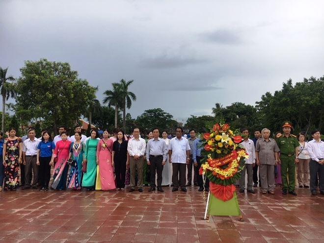 Đoàn làm lễ dâng hương tại Thành cổ Quảng Trị (ảnh: Hoa Sen)