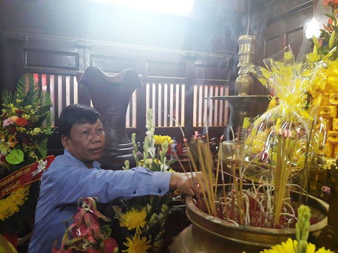 Ông Hoàng Kỳ - Giám đốc Sở Tư pháp tỉnh Quảng Trị dâng hương tri ân tại bến thả hoa bờ Nam sông Thạch Hãn.