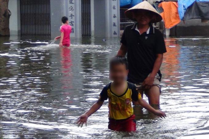 Cha con nội bì bõm trong nước đến nơi ở nhờ.