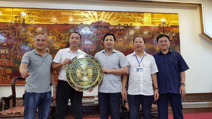 Đại diện CLB liên quân các Nhà báo Hà Nội tặng quà lưu niệm cho VP UBND tỉnh.