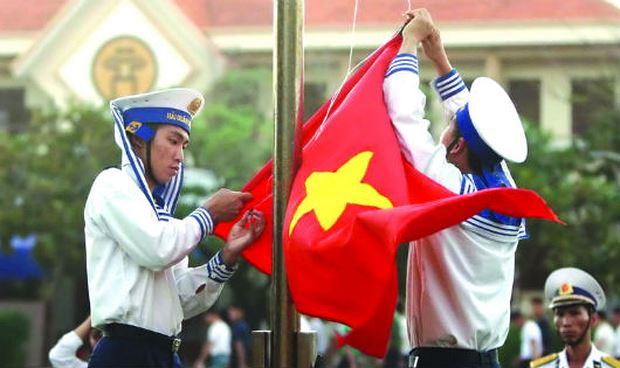 Thực hiện nghi thức treo cờ Tổ quốc ở Trường Sa. Ảnh TTXVN