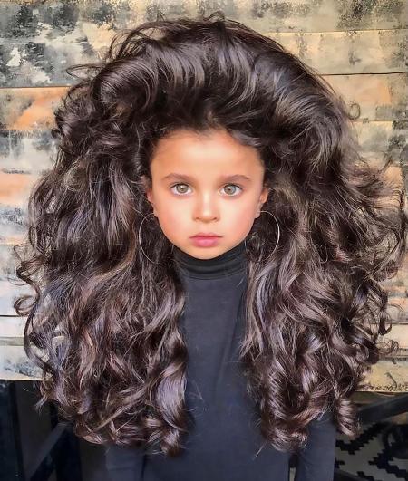 Mái tóc khổng lồ của Mia khiến nhiều người choáng váng