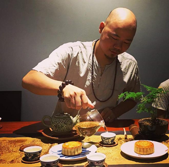 Nguyễn Việt Hùng với tinh hoa trà Việt.
