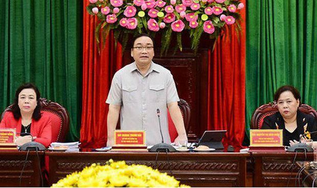 Bí thư Thành Ủy Hà Nội Hoàng Trung Hải trao đổi tại Hội thảo.