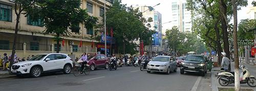 Buổi sáng trước cửa trường THCS Quang Trung trên phố Quang Trung